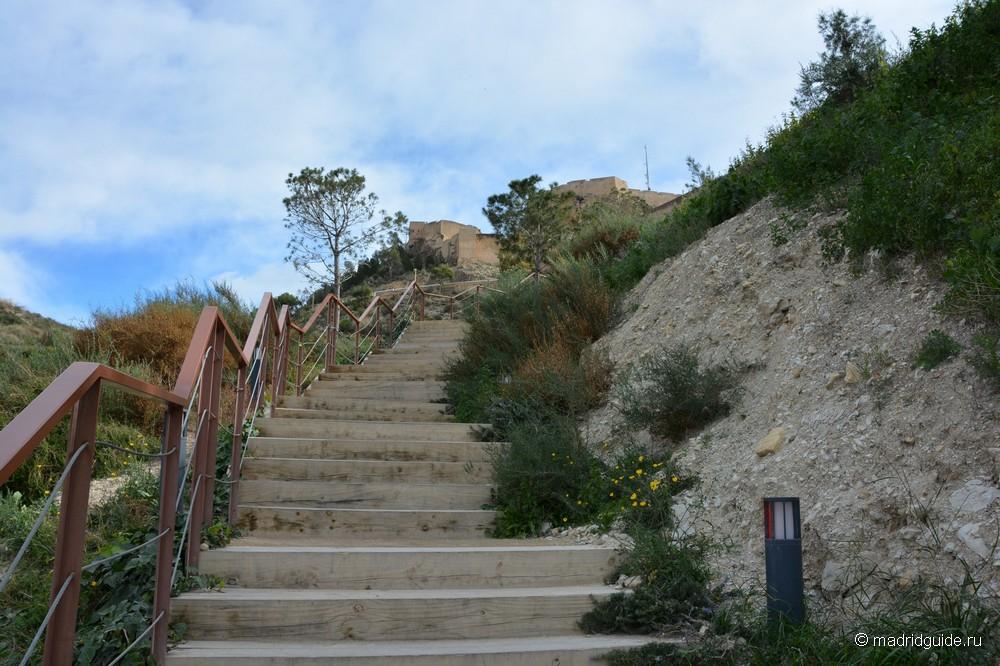 Лестница, ведущая к крепости Санта-Барбара в Аликанте