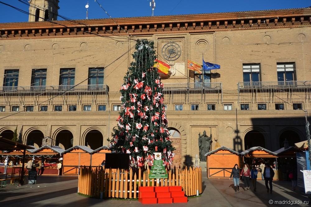 Главная елка Сарагосы на главной площади (Plaza del Pilar)