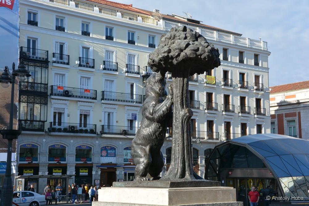 официальный символ Мадрида - медведь и Земляничное дерево