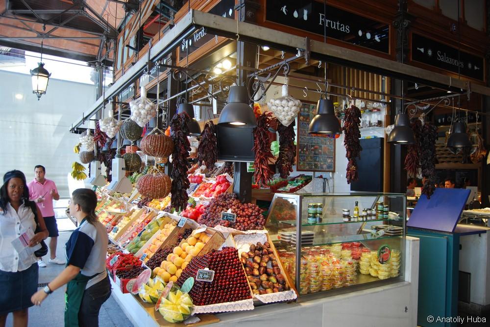 """Фрукты и овощи, это единственная """"рыночная"""" секция. Все остальное - напитки и закуски."""